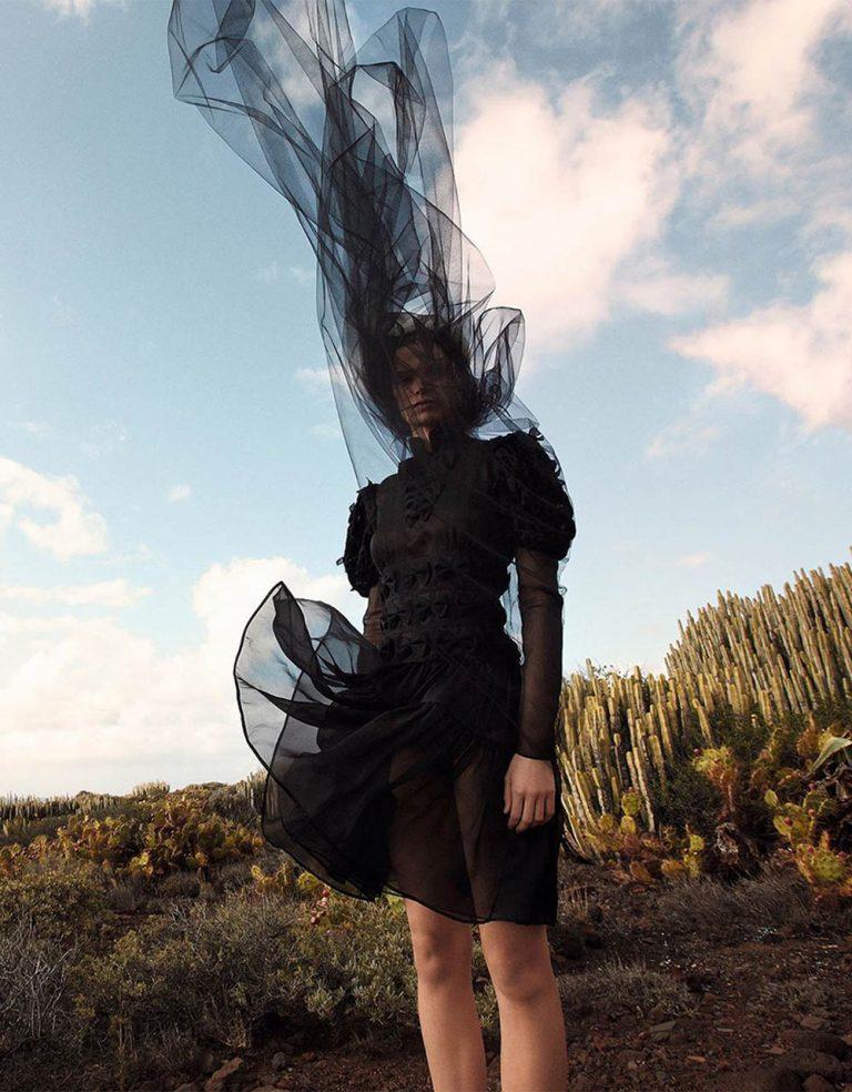 Cara-Taylor-covers-Vogue-China-May-2020-by-Camilla-Akrans-10